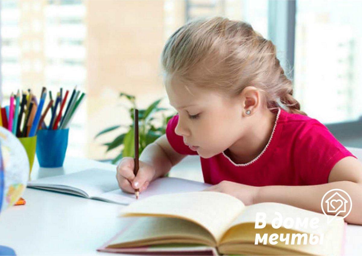 Из чего состоит рабочее место ученика в детской комнате у окна?